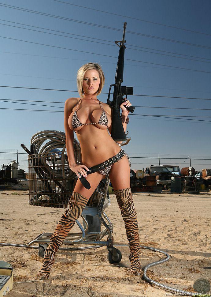 фото девушек голых с оружием