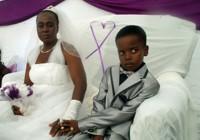 Aštuonerių berniukas apsiženyjo 61 metų moteriškę