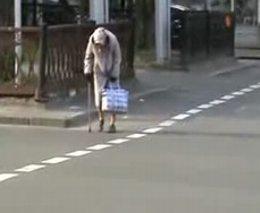 1. Linksma močiutė daro prikolus