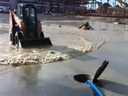3. Bandymas per mažą skylutę išsemti ežerą