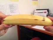 1. Dainuojantis bananas