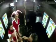 1. Sirgaliai lifte (slapta kamera)