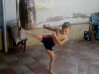 3. Vaikiukas kikboksininkas