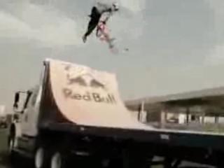 2. BMX triukai važiuojan?iame sunkvežimyje