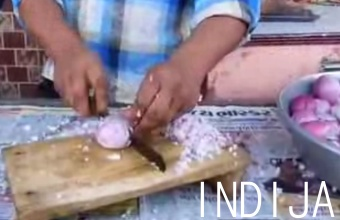 3. Svogūnų pjaustymas indiškame stiliuje
