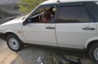 3. Girtas rusas demonstruoja vairavimo lygį
